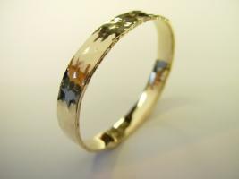 Armreif, aus Kundengold, 585/-, Hammerschlag