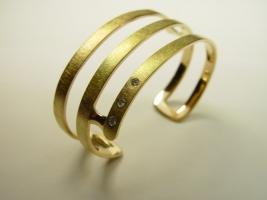Armspange aus Kundengold, 750/-; mit drei Brillanten