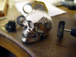 """""""Memento Mori"""", Totenschädel aus Sterlingsilber, in Wachs modelliert, gegossen und montiert, Kundenauftrag"""