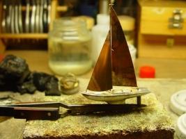 Segelschiff - vorbereitende Arbeiten. Auf besonderen Wunsch einer Kundin entstand in vielen Tagen geschickter Handarbeit dieses Segelschiff aus massiven Sterlingsilber. Als Vorlage für diese Arbeite diente lediglich eine Fotografie.